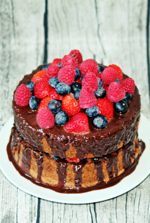 Naked Cake mit Schokolade und Früchten